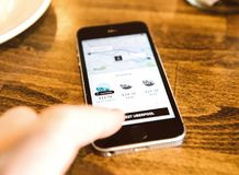 Apple Iphone Smartphone und uber APP mit uberpool Stockfotos