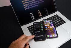 Apple-iPhone Xs Max Gold Silver Smartphone op laptop stock foto
