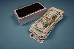 Apple-iPhoneapparaten en dollars op een blauwe monophonic achtergrond Voronezh, Rusland - Mei 3, 2019 royalty-vrije stock foto's