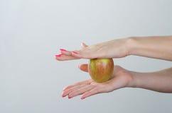 Apple jest w kobiet rękach Obrazy Stock