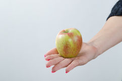 Apple jest w kobiet rękach Obrazy Royalty Free