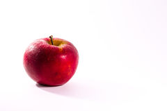 Apple juteux rouge lumineux portent des fruits dos de blanc d'isolement par nourriture fraîche de régime Images libres de droits