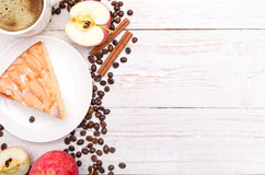 Apple kaka med en kopp kaffe Arkivfoton