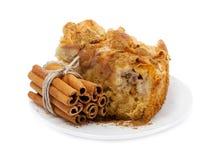 Apple kaka med kanelbruna pinnar Arkivfoton