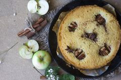 Apple kanelbrun kaka, kanelbruna pinnar, äpplen på den lekmanna- tabelllägenheten royaltyfri foto