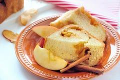 Apple kanelbrunt bröd Arkivfoton
