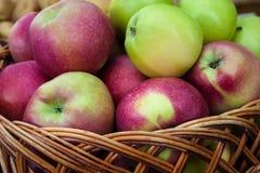 Apple kantjustering i en korg royaltyfri bild