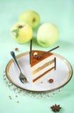Apple karamell och hasselnöthjärtakaka royaltyfria bilder