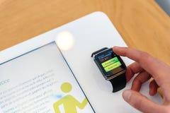Apple klocka som testas av kvinnan, innan att köpa Royaltyfri Bild