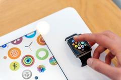 Apple klocka som testas av kvinnan, innan att köpa Royaltyfria Foton