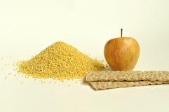 Apple, knäckebrood en gierst stock afbeeldingen