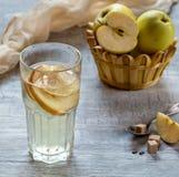 Apple-Kompott im Glas Äpfel im Hintergrund Lizenzfreie Stockfotos
