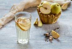 Apple-Kompott im Glas Äpfel im Hintergrund Lizenzfreie Stockfotografie