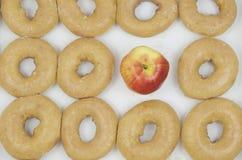 Apple kontra dussina Donuts Royaltyfri Fotografi