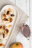 Apple kreist mit Sahne Käse, Gorgonzola und würzige Mandelnüsse ein Lizenzfreies Stockbild