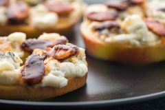 Apple kreist mit Sahne Käse, Gorgonzola und würzige Mandelnüsse ein Stockbilder