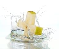Apple-Kreuz, das im Wasser spritzt Lizenzfreie Stockfotografie