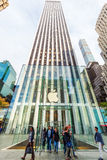 Apple lager på den 5th aven i Manhattan, New York City Arkivbilder