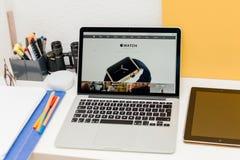 Apple lance la montre d'Apple, la rétine de MacBook et la recherche médicale Images stock