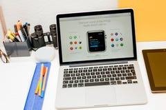 Apple lance la montre d'Apple, la rétine de MacBook et la recherche médicale Photos stock