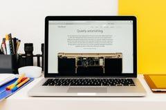 Apple lance la montre d'Apple, la rétine de MacBook et la recherche médicale Photographie stock libre de droits