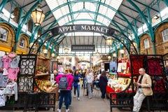 Apple lancent sur le marché à l'intérieur du marché de jardin de Covent à Londres, R-U images libres de droits