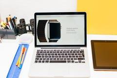 Apple lanserar den Apple klockan, den MacBook näthinnan och medicinsk forskning Royaltyfri Fotografi
