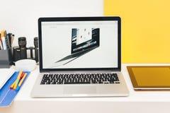 Apple lanserar den Apple klockan, den MacBook näthinnan och medicinsk forskning Royaltyfri Foto