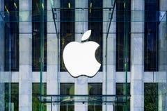 Apple-Logo hing im Glaswürfeleingang zu berühmten Fifth Avenue Apple Store in New York Lizenzfreies Stockfoto