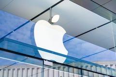Apple logo ovanför ingången till lagret som lokaliseras i den Stanford köpcentret arkivfoto