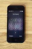 Apple 5 lub 5s wchodzić do passcode ekran na drewnie Obraz Stock