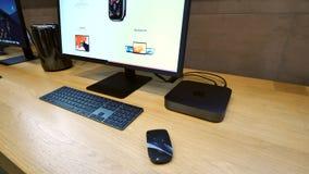 Apple Mac Mini en het voorwerp van de de Vertoningsheld van LG 5k stock footage