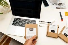Apple MacBook Pro 15 lap-top με το πολλαπλάσιο usb-γ σε USB ethernet Στοκ εικόνες με δικαίωμα ελεύθερης χρήσης