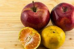 Apple & mandarijn op houten achtergrond stock fotografie