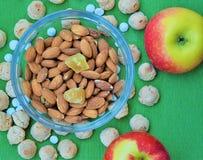 Apple, mandlar, ingefära och kex Arkivfoton