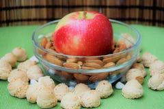 Apple, mandlar och kex Arkivfoto