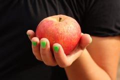 Apple in mano della femmina immagini stock libere da diritti