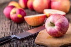 Apple Manzanas rojas en otras posiciones respecto al tablero de madera Imagen de archivo