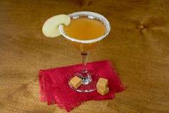 Apple martini avec la sucrerie de caramel images libres de droits
