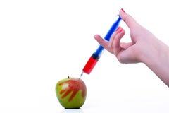 Apple med injektionssprutan Arkivbilder