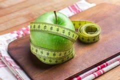 Apple met een metende rond band, concept dieet en gewichtsverlies Royalty-vrije Stock Afbeelding