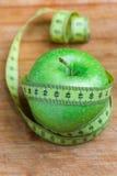 Apple met een metende rond band, concept dieet en gewichtsverlies Royalty-vrije Stock Fotografie