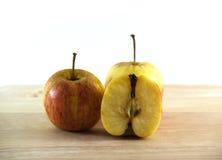 Apple met hout op wit wordt geïsoleerd dat royalty-vrije stock afbeeldingen
