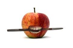 Apple met mes tussen tanden Royalty-vrije Stock Fotografie