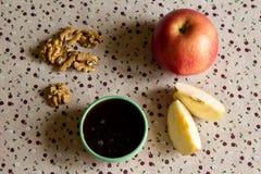 Apple, miel et écrous sur la table Photos libres de droits