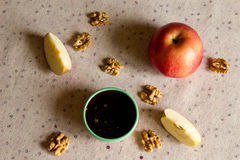Apple, miel et écrous sur la table Image libre de droits