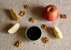 Apple, miel et écrous sur la table Photo libre de droits