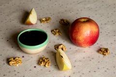 Apple, miel et écrous sur la table Photographie stock libre de droits