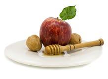 Apple, miel y nueces aislados en blanco Fotos de archivo libres de regalías