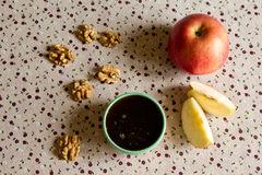 Apple, miele e dadi sulla tavola fotografia stock